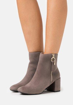 ADALINE BLOCK HEEL ZIP BOOTIE - Kotníkové boty - grey