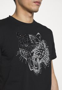 Just Cavalli - SPARKLY TIGER - Triko s potiskem - black - 5