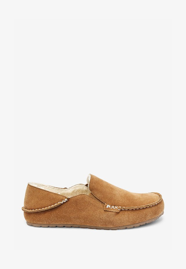 SIGNATURE MOCCASIN SLIPPERS - Mokasyny - brown