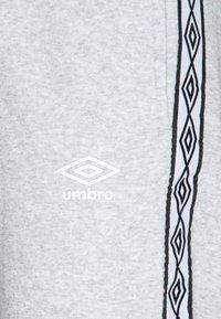 Umbro - TAPED  - Teplákové kalhoty - grey marl - 2