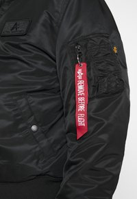 Alpha Industries - TEC BACK PRINT - Giubbotto Bomber - black/yellow gold - 7