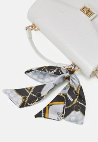 Pieces - PCABBELIN CROSS BODY - Kabelka - bright white/gold-coloured - 4