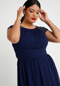 Little Mistress Curvy - CAP SLEEVES BALL GOWN - Robe de cocktail - navy - 3