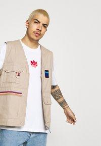 adidas Originals - TEE UNISEX - T-shirt imprimé - white/scarlet - 3