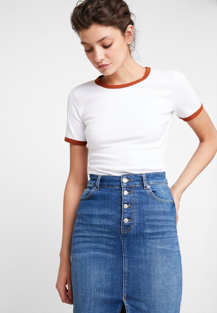 KIOMI - Print T-shirt - bright white with brown colour block