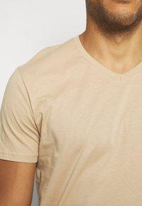 Pier One - 3 PACK - T-Shirt basic - khaki/tan/dark blue - 7