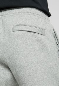 Nike Sportswear - CLUB PANT - Trainingsbroek - dark grey heather - 3