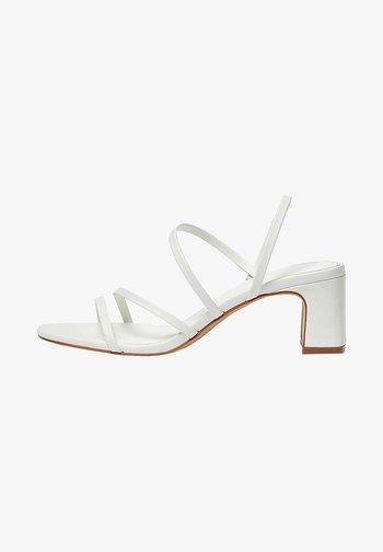 MIT ABSATZ UND RIEMCHEN - Sandals - white