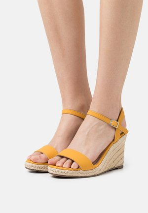 WIDE FIT RAY WEDGE - Sandalen met plateauzool - yellow