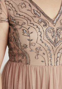 Lace & Beads Curvy - PAQUITA MAXI - Společenské šaty - taupe - 6