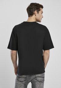 Urban Classics - HEAVY BOXY POCKET TEE - T-shirt - bas - black - 4