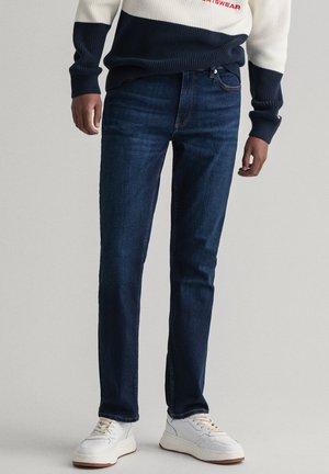 MAXEN RETRO SHIELD - Straight leg jeans - dark blue denim