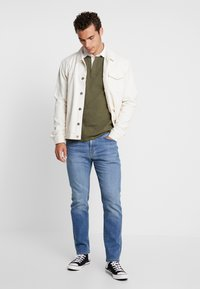 Levi's® - MIGHTY MADE RUGBY  - Piké - olive night/ black/natural - 1