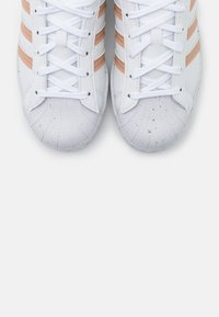 adidas Originals - SUPERSTAR PRIMEGREEN VEGAN - Sneakersy niskie - footwear white/pale nude - 7