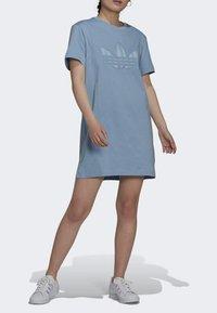 adidas Originals - ORIGINALS TREFOIL MOMENTS DRESS LOOSE - Jersey dress - blue - 0