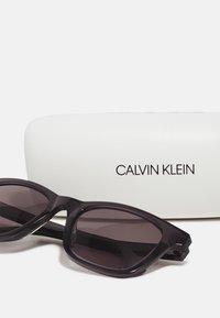 Calvin Klein - UNISEX - Sunglasses - crystal charcoal/grey - 2