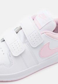 Nike Performance - PICO 5 UNISEX - Sportschoenen - white/pink foam - 5