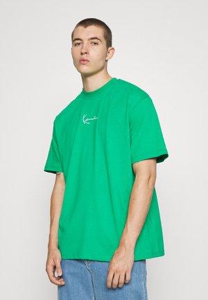 SMALL SIGNATURE TEE GREEN UNISEX  - T-shirts - green