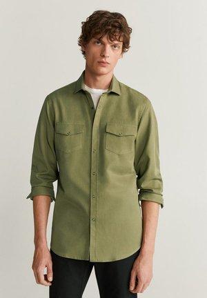 REGULAR FIT-HEMD MIT TASCHEN - Shirt - khaki