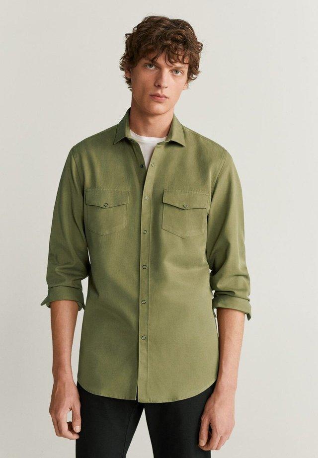 REGULAR FIT-HEMD MIT TASCHEN - Koszula - khaki
