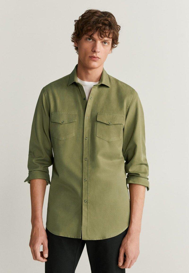 Mango - REGULAR FIT-HEMD MIT TASCHEN - Shirt - khaki