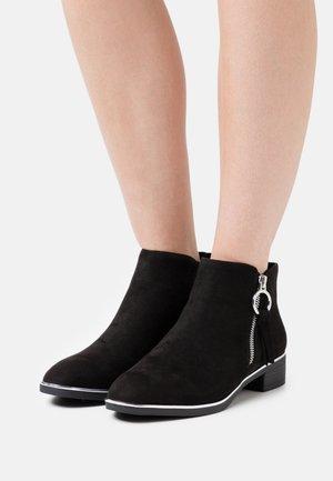 WIDE FIT DAFFODILLA - Kotníková obuv - black