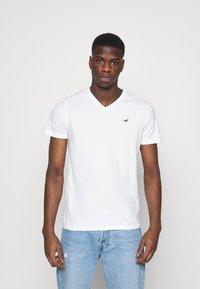 Hollister Co. - 5 PACK - Print T-shirt - white/blue/sage/navy/black - 1