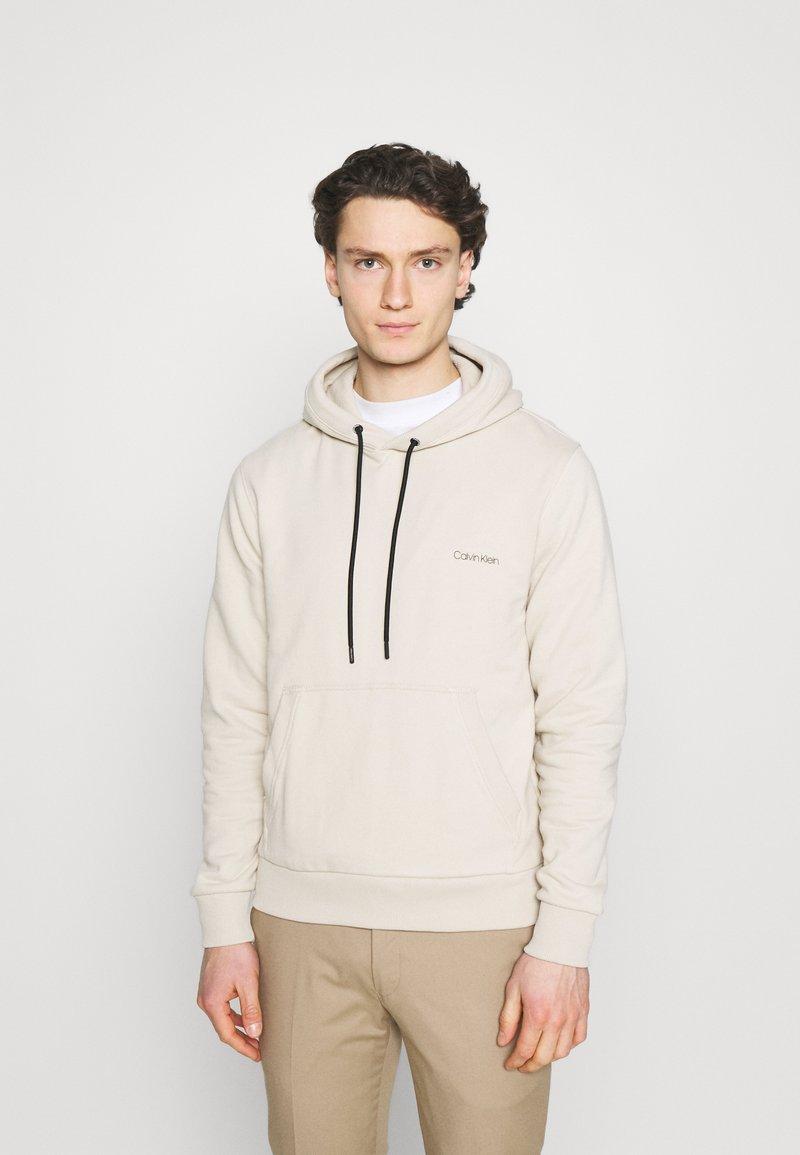 Calvin Klein - SMALL CHEST LOGO HOODIE - Luvtröja - beige