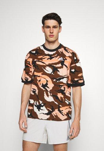 STREET - T-shirt con stampa - brown