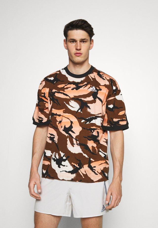 STREET - Print T-shirt - brown