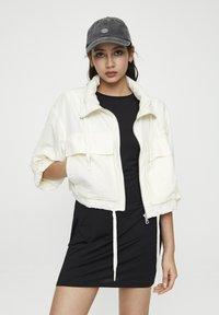 PULL&BEAR - GESTREIFTE SELVEDGE  - Summer jacket - mottled beige - 0