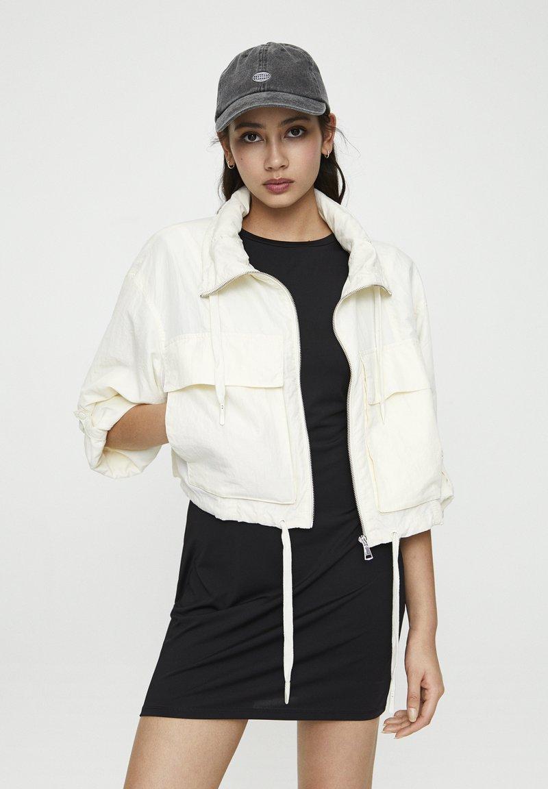 PULL&BEAR - GESTREIFTE SELVEDGE  - Summer jacket - mottled beige