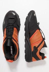 Hi-Tec - V-LITE-TRAIL RACER LOW - Trekingové boty - red orange/black - 1