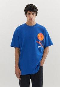 PULL&BEAR - MIT KUGEL UND WÄRMEKARTE - Print T-shirt - blue - 0