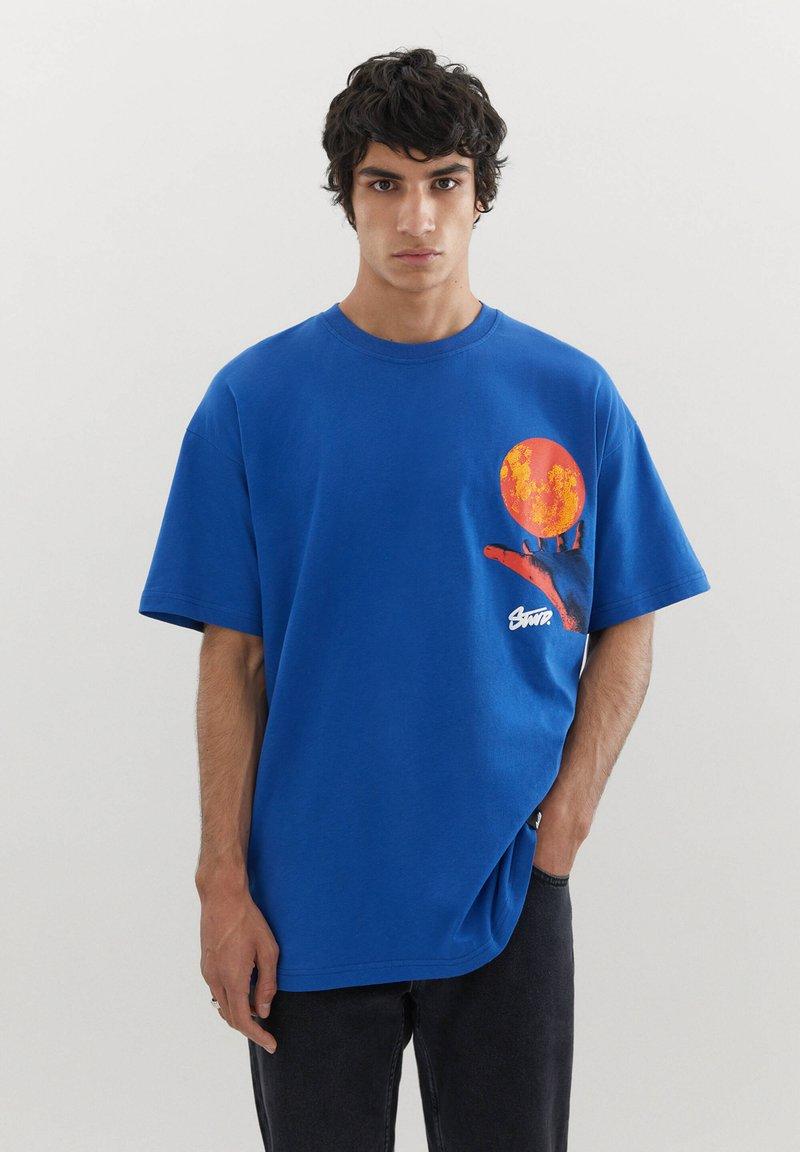 PULL&BEAR - MIT KUGEL UND WÄRMEKARTE - Print T-shirt - blue