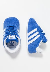 adidas Originals - GAZELLE CRIB - Babyschoenen - collegiate navy/footwear white/gold metallic - 0