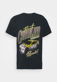 Mennace - NORTH CAROLINA RACING UNISEX - T-shirt con stampa - black - 0