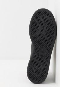 adidas Originals - STAN SMITH - Tenisky - core black/gold metallic - 5