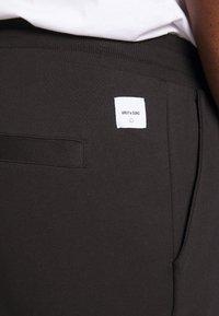 Only & Sons - KENDRICK CHINO PRINT  - Teplákové kalhoty - black - 4