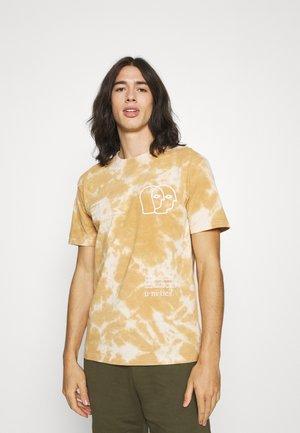 KAST UNISEX - Print T-shirt - beige