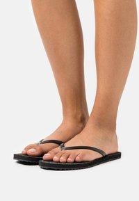 MICHAEL Michael Kors - JINX  - Sandály s odděleným palcem - black - 0