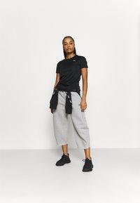 Reebok - RUN ESSENTIALS T-SHIRT - T-shirt de sport - black - 1