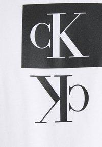 Calvin Klein Jeans Plus - PLUS MIRROR LOGO SEASONAL TEE - Print T-shirt - bright white - 2