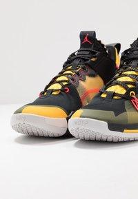 Jordan - WHY NOT 0.2 SE - Basketbalové boty - black/flash crimson/amarillo/vast grey - 5