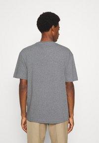 Selected Homme - SLHLOOSEGILMAN O NECK TEE - Basic T-shirt - medium grey melange - 2