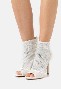 ALDO - ABENDANI - Varrelliset sandaalit - white - 0