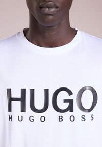 HUGO - DOLIVE - T-shirt print - open white - 4