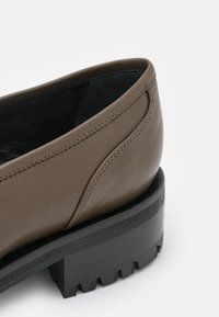 Elleme - EXCLUSIVE CHOUCHOU SQUARE LOAFER  - Slip-ons - stone - 5