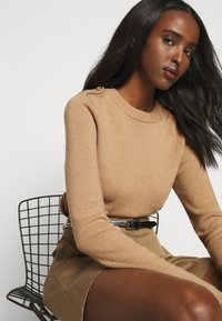 Mulberry - NANCIE CREW NECK JUMPER - Svetr - dark beige - 4