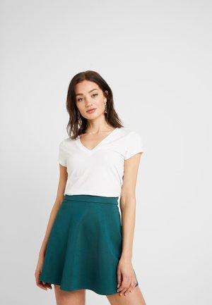 Pamela Reif x NA-KD DEEP V-NECK - Jednoduché triko - off white